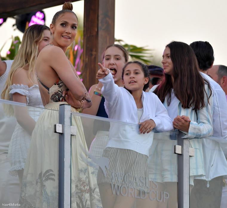 Érdeklődésük hullámzó volt, mindenesetre a kevés sminket és egyszerű kontyos viselő Jennifer Lopez jól érezte magát