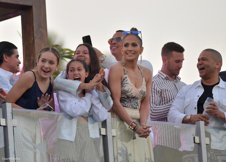 Itt már azért látni némi izgatottságot az arcukon, búcsúzzunk is ezzel a Lopez családtól