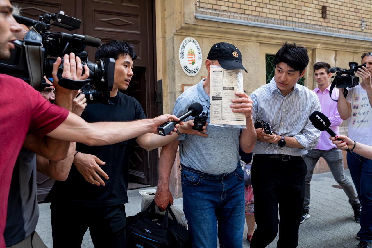 Jurij C. a Viking Sigyn szállodahajó kapitánya távozik a Nagy Ignác utcai börtönből, miután 15 millió forintos óvadék ellenében elengedték a letartóztatásból. Később az ukrán férfi ellen az ügyészség vádat emelt halálos tömegszerencsétlenséget eredményező vízi közlekedés gondatlan veszélyeztetésének vétsége és 35 rendbeli segítségnyújtás elmulasztásának bűntette miatt és újra letartóztatták.