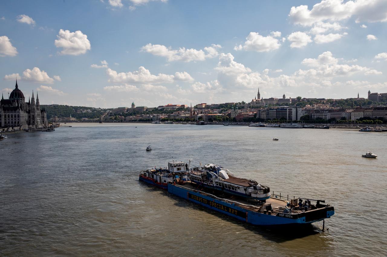 Miután kiemelték a Duna mélyéről, a Hableány roncsát elszállították a csepeli szabadkikötőbe, ahol rendőrségi szemle keretében vizsgálták tovább. Helyszínelők, az ügyészség munkatársai és hajózási szakemberek többek közt azt elemezték, hogy a hajó sérüléseit a folyómederhez ütközés vagy az a Viking Sigyn szállodahajó okozta.