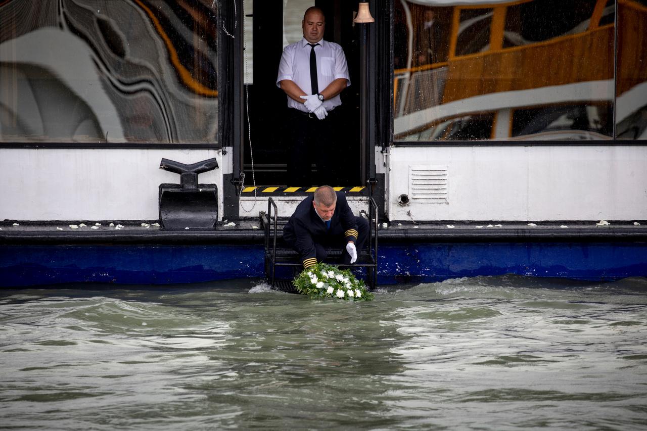 A Hableány magyar kapitányát és matrózát 2019. július 2-án búcsúztatták el a Dunán. A tragédia helyszínén, a Margit híd közelében a dél-koreai áldozatokra koszorúval emlékeztek.