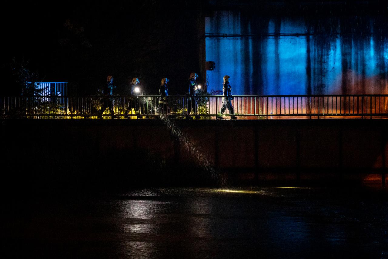 Tűzoltók kutatnak áldozatok után a Kvassay zsilip közelében a baleset éjszakáján. A szakadó eső, a Duna magas vízállása és erős sodrása nagyban nehezítette a mentést, a víz alacsony hőmérséklete pedig kevés esélyt adott az áldozatok túlélésére. A hatóságok hajnalra kiterjesztették a kutatást a folyó egész magyarországi szakaszára.