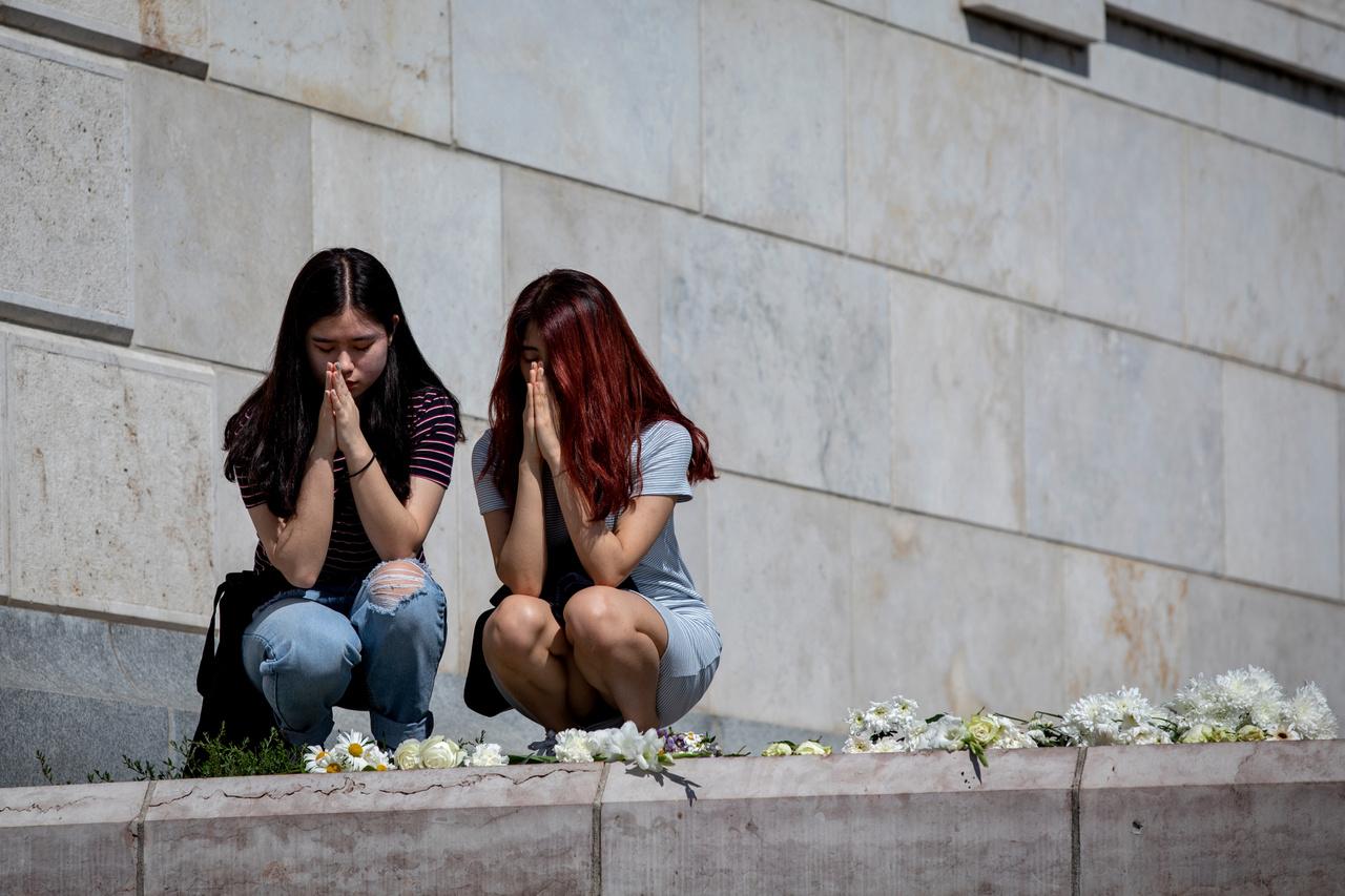 A hajóbaleset követő napokban és a mentés ideje alatt a Margit hídon és a Duna pesti rakpartján rögtönzött emlékhely alakult. Virágokkal, gyertyákkal, üzenetekkel emlékeztek meg az áldozatokról az emberek.