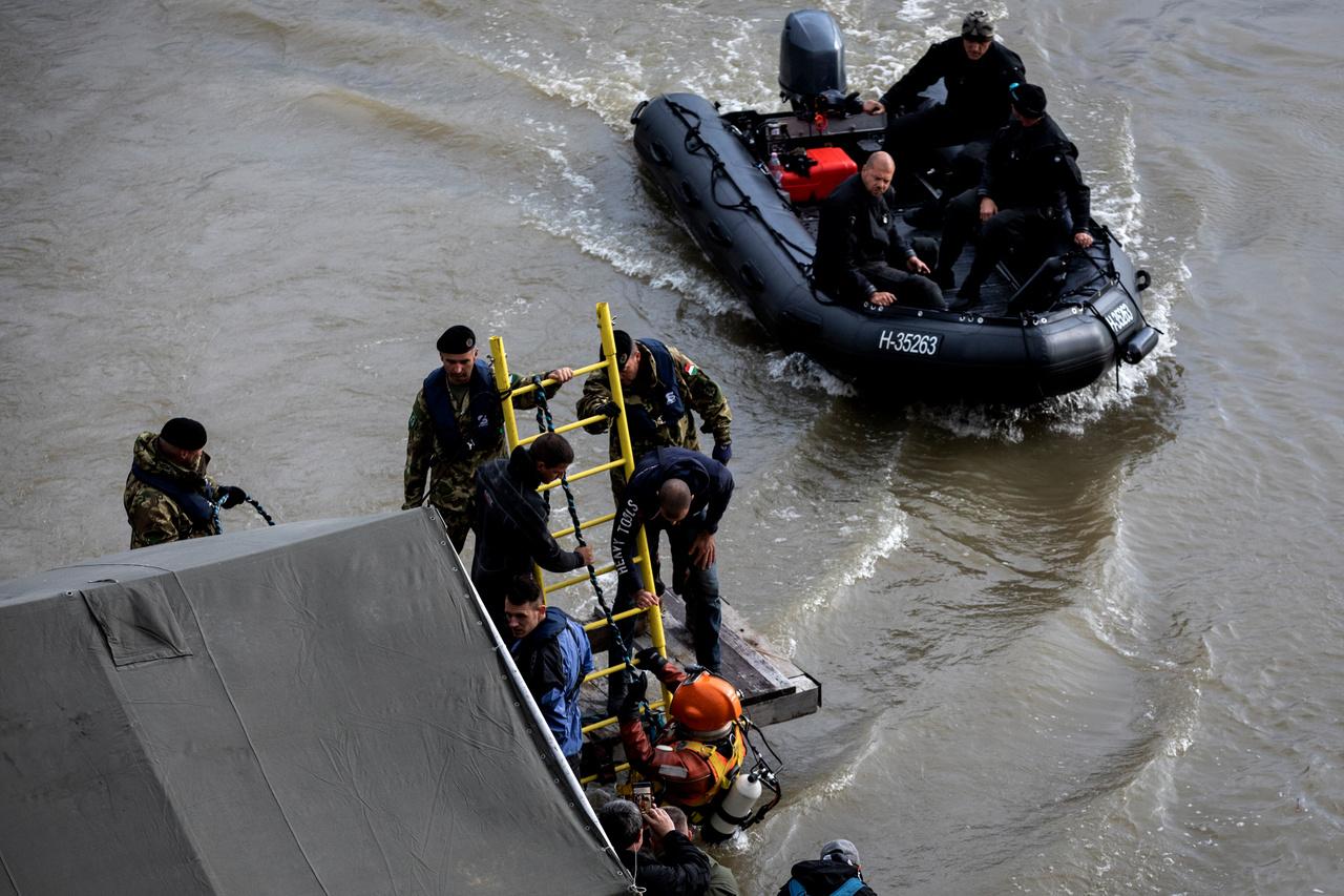 Nagyon nehéz dolguk volt a Hableány kiemelését előkészítő búvároknak. A Duna 300-as vízállásnál merülhető biztonságosan, a baleset idején az áradás miatt azonban volt, hogy 500-as állásnál kellett merülniük. Az erős sodrás mellett a hordalék is gondot okozott, mert a látótávolság szinte nulla volt a víz alatt.