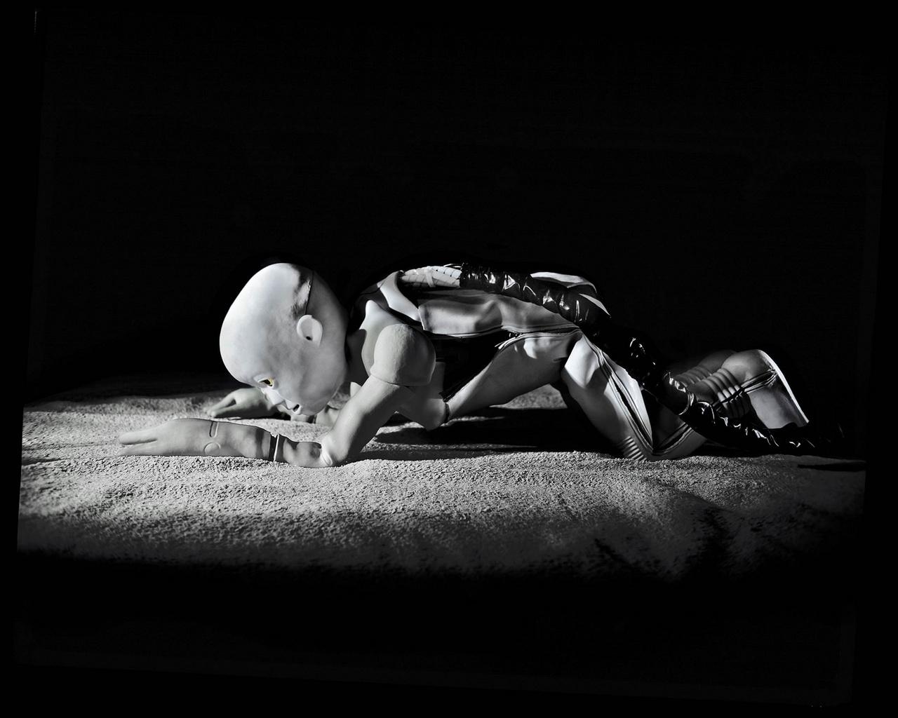 Az oszakai Asada laboratóriumban úgy tanítják kúszni-mászni a robotokat, ahogyan a gyerekeket. Azt figyelték meg, hogy adatok helyett javarészt a gondozóik visszajelzésekből tanulnak, vagyis ezen a gondolati elven kiindulva, ezek a robotok képesek lehetnek arra, hogy az emberi viselkedést tanulják.