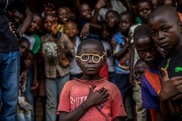 Természet és tudomány (sorozat):                          1.díjHajdú D. András: A kongói dzsungel magyar hőseDr. Hardi Richárd szemorvos és szerzetes huszonöt éve gyógyít Afrika szívében, a Kongói Demokratikus Köztársaságban. Richárd a két magyarországnyi területű megye központjában, Mbuji-Mayiban dolgozik, a térség egyetlen jól felszerelt műtőjében. Innen indul csillagtúraszerűen a megye eldugott szegleteibe, hogy esélyt adjon azoknak a betegeknek is, akik 600–800 kilométerre laknak a szemészeti centrumtól. Tömegközlekedés nem lévén, a betegek gyalogosan teszik meg az utat. Rokonokba kapaszkodva vagy bicikli csomagtartóján érkeznek Richárd ideiglenesen felállított műtőjébe a szürkehályog miatt sokszor addigra már teljesen világtalan páciensek.