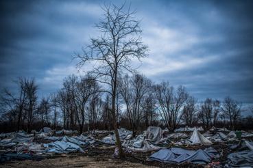 Hír-eseményfotó 2. díjBalogh Zoltán: Vucjak a kiürítés után                          A felszámolás alatt álló, Bihácshoz közeli vucjaki tábor 2019. december 11-én. A horvát határhoz közeli táborban sátorozó migránsokat előző nap szállították el a boszniai hatóságok a táborban fennálló élhetetlen körülmények, a víz és az alap szükségletek hiánya miatt. Több száz migránst szállítottak a táborból az ország más befogadóközpontjaiba.