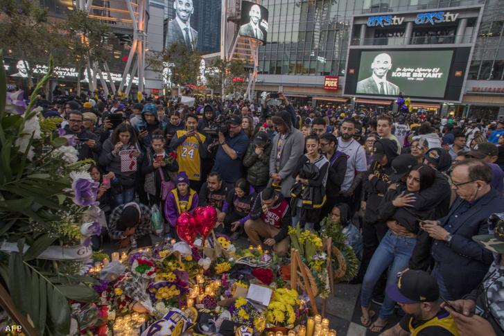 Kobe Bryant halálos balesete miatt összegyűlt gyászolók Staples Centerben, Los Angelesben 2020. január 26-án