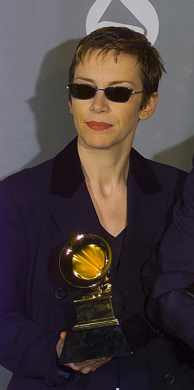 Annie Lennox napszemüvege 2020-ból nézve picit viccesnek tűnik, de két évtizeddel ezelőtt biztos nagyon divatos lehetett