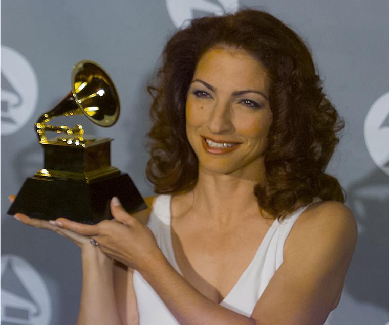 Gloria Estefan is boldogan szorongatta Grammyjét, amiből összesen hármat is nyert karrierje alatt