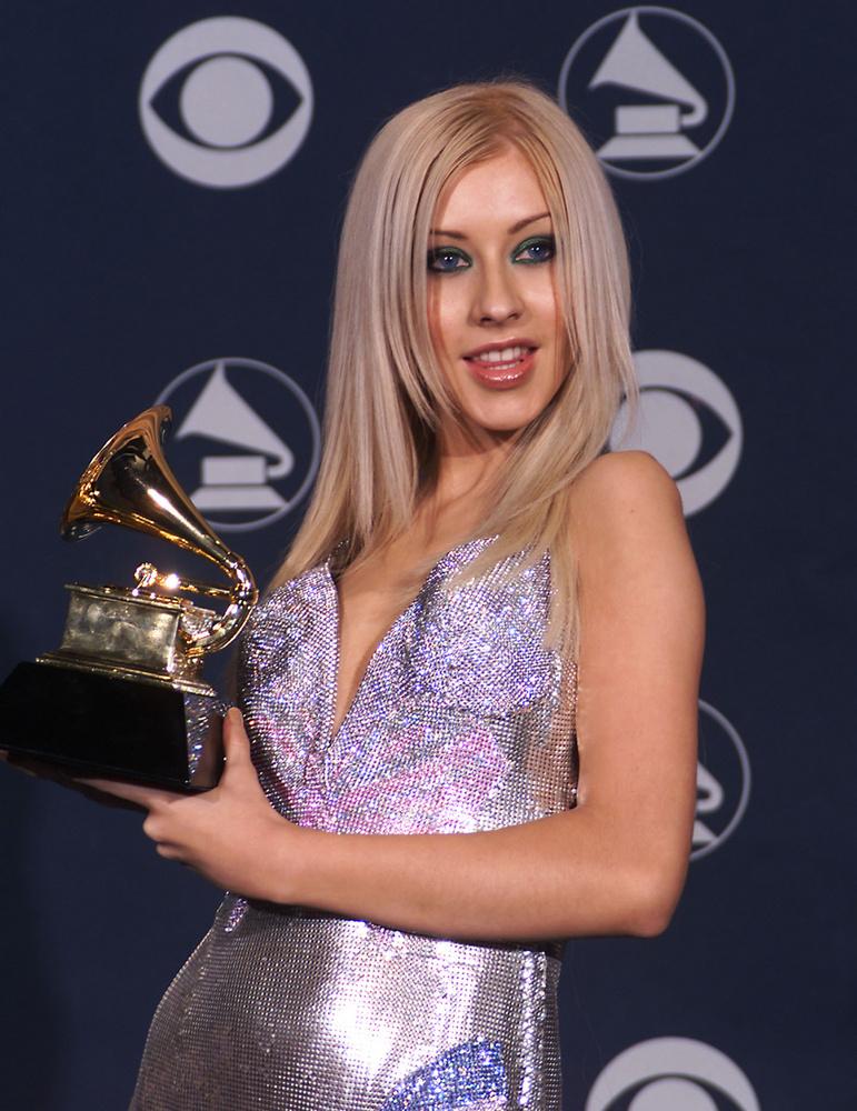 Itt Christina Aguilera az év felfedezettjének járó arany szobrocskát szorongatja a kezében
