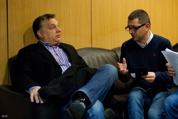 Orbán Viktor miniszterelnök Várhegyi Attilával, az MTVA kommunikációs tanácsadójával, mielőtt a miniszterelnök interjút ad élő adásban a Kossuth Rádió 180 perc című műsorában, a Magyar Rádió stúdiójában 2013-ban