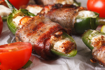 Selymes krémsajt csípős jalapeno paprikába töltve – Baconbe tekerve lesz tökéletes