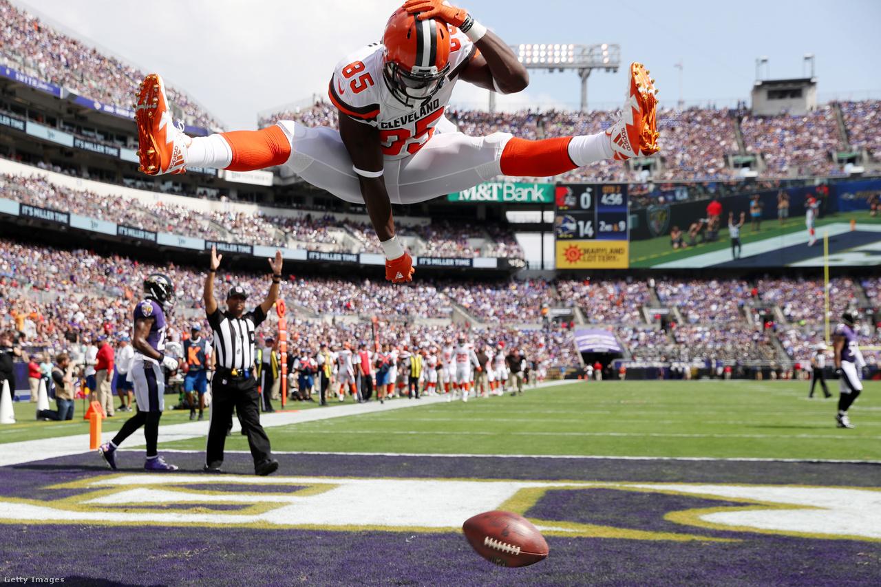 Ugyancsak a fizikai korlátok eltolódását örökíti meg ez a kép, amin a Cleveland Browns tight endje, a 193 centi magas, 112 kilós David Njoku nagyjából saját vállmagasságáig ugorva ünnepel a levegőben bemutatott spárgával egy touchdown után.