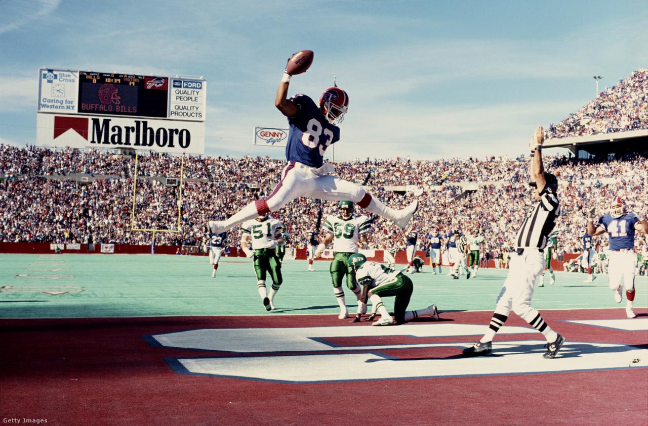 Dicsőség és dicsőség között is van különbség, bár a végső cél minden NFL-játékos számára az, hogy legalább egy Super Bowl-gyűrűt szerezzen. Az itt éppen a csoportrivális New York Jets elleni touchdownját Andre Reed négyszer is játszhatott a döntőben, ráadásul négy egymást követő évben, de egyszer sem tudott nyerni – ez volt a 90-es évek első felében a Buffalo Bills nagy drámája. Reed 16 NFL-szezonjából 15-öt a Billsnél töltött, és rendkívüli keménységével tűnt ki, még ha nem is a legismertebb, legünnepeltebb figurája a ligának: ő játszotta a 85. legtöbb meccset az NFL-ben, pedig nagyon kevés elkapó bír ki 234 mérkőzést a ligában. Fontos szerepe volt az NFL legnagyobb fordításában is, amikor a Buffalo Bills 35-3-as hátrányból állt fel a harmadik negyedben a Houston Oilers ellen az 1992-es szezon utáni rájátszásban: Reed három touchdownt csinált a második félidőben. A legvégső, áhított sikerig viszont sosem jutott el.