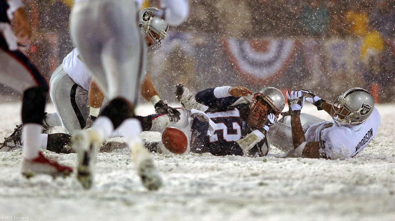 Az NFL-történelem egyik legtöbbet vitatott pillanata, a 2001-es szezon utáni rájátszásban a New England Patriots és az Oakland Raiders között 2002. január 19-én. A Raiders védője kiütötte a Patriots-irányító, Tom Brady kezéből a labdát, de hiába szerezték meg azt a Raidersnél, a bírók később azt mondták, mivel Brady keze már elindult előre, megkezdte a dobómozdulatot, tehát valójában sikertelen passzkísérlet történt. A Patriots megtartotta a labdát, és később hosszabbításban verte a Raiderst, majd a Super Bowlig eljutva ott is nyertek, a későbbi hat bajnoki gyűrűből az elsőt megnyerve. Sem ekkor, sem az NFL-be kerülésekor nem lehetett sejteni, hogy a draft 1999. helyén kiválasztott játékos lesz minden idők legsikeresebb irányítója 6 Super Bowl-győzelemmel