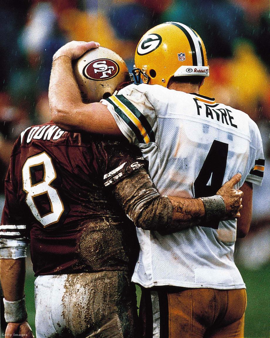 Négy Super Bowl-bajnoki gyűrű, összesen 18 Pro Bowl-szereplés, 5 MVP-cím, két visszavonultatott mezszám és két halhatatlan mutatja a képen, hogy mindegy, hogyan érkezel az NFL-be, a lényeg az, hogyan távozol. A balra látható Steve Young a San Francisco 49ersnél, az őt jobbról ölelő Brett Favre a Green Bay Packersnél lett legenda. Young 1985-ben némi kerülővel jutott az NFL-be, a rivális, később Donald Trump által bedöntött USFL-bajnokságot hagyta maga mögött. Ennek mindenki örült, mert biztosra lehetett venni, hogy szupersztár lesz, azzal ráadásul, hogy 1987-ben Joe Montana helyét vette át a 49ersnél, a lehető legjobb helyre került. Favre hozzá képest inkább a melós figurája, nem fogadta fanfár, és mindig azt kellett bizonyítania, hogy megérdemelte az esélyt, amit kapott. Végül részben elnyűhetetlenségével lett nélkülözhetetlen, 18,5 szezonon át, a rájátszással együtt 321 mérkőzésen keresztül nem hagyott ki meccset, ami a mai napig rekord.