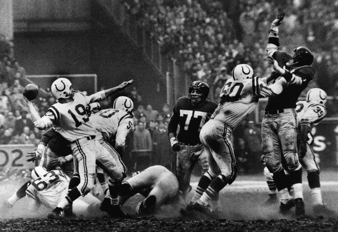 """Az 1920-30-as években játszó Harold """"Red"""" Grunge-ot tartják az NFL első igazi szupersztárjának, a második hőskor egyik legfontosabb szereplője pedig a háromszoros NFL-bajnok, egyszeres Super Bowl-győztes Johnny Unitas (a kép bal felén, 19-es mezben, éppen passzol), a a Baltimore Colts 1950-60-as évekbeli irányítója. Háromszor választották az NFL legértékesebb játékosának is, nem véletlenül: már akkor a passzjátékot erőltették vele, amikor még hosszú évtizedeken át a futójáték volt a meghatározó az amerikafutballban, nem véletlen, hogy 52 éven át, egészen 2012-ig övé volt a sorozatban legtöbb mérkőzés passzolt touchdownnal (47 db). Évtizedekkel megelőzte a korát, egyike azon keveseknek, akik az 1950-60-as évek helyett akár az új évezredben is meg állták volna a helyüket. Itt épp a New York Giants ellen, hirtelen halállal véget érő NFL-döntőben passzol 1958. december 28-án – sokáig ezt tartották minden idők legjobb mérkőzésének. Csapata, a Colts nyert 23-17-re, ez hozta Unitas első bajnoki címét."""