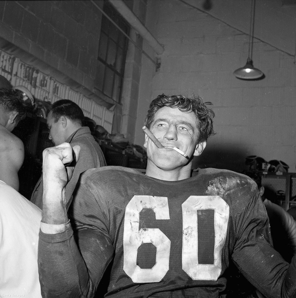 """Talán többen ismerik a képet, amin Len Dawson az első Super Bowl szünetében cigizget, de kevés kép mutatja jobban, mennyire más volt a világ az 1960-as évek elején, mint most, nagyjából 60 évvel később: Chuck Bednarik, a Philadelphia Eagles centere egy szivarral ÉS egy cigarettával a szájában ünnepli az Eagles 1960-as, a Green Bay Packers ellen nyert bajnoki címét. A mérkőzés jelentősége nem elhanyagolható, Vince Lombardi pályafutása során először és utoljára kapott ki a rájátszásban edzőként. A szlovák származású, de már Amerikában született Bednarik az 1950-es évek, illetve az NFL 75 és 100 éves álomcsapatába is bekerült, 60-as mezét visszavonultatta az Eagles, illetve az egyetemi bajnokságban és az NFL-ben is halhatatlan lett. Egyetemi játékosként szinte minden meccset végigjátszott a támadó- és védőcsapatban egyszerre szerepelve, utóbbinak állít emléket, hogy róla nevezték el az év legjobb egyetemi védőjátékosának járó Chuck Bednarik-díjat. Az, hogy az amerikaifutballban csúcsra ért, különös megkoronázása volt annak, hogy a második világháborúból hősként, 30 sikeres repülős küldetés után tért vissza. A 60-as évek viszont csak a megbecsülésről szóltak, Bednariknak az amerikaifutball-szezonon kívül betont kellett árulnia, hogy megéljen, innen, és nem az egyébként kivételes keménységéből jött a """"Beton Charlie"""" becenév."""