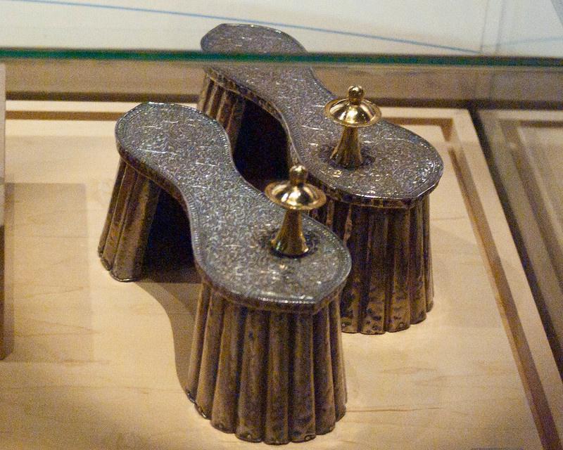 Az úgynevezett paduka Indiában, a 17. században élte fénykorát. Jellemzően egy lábnyomot formázott, és fából készült, a lábujjak között egy méretes bütyökkel. Manapság bizonyos szerzetesrendek hordják.