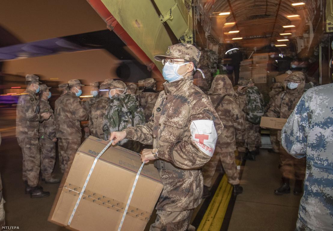 Egészségügyi ellátmányt szállító kínai katonák érkeznek az új tüdőgyulladást okozó koronavírus terjedése miatt a járvány kiindulópontjának számító kínai Hupej tartományban lévő Vuhan város repülőterére 2020. január 25-én.
