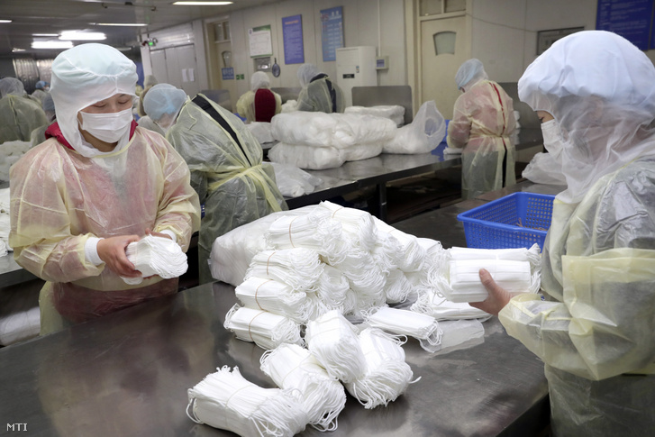 Védőmaszkot csomagolnak gyári munkások a kelet-kínai Nantungban 2020. január 27-én.