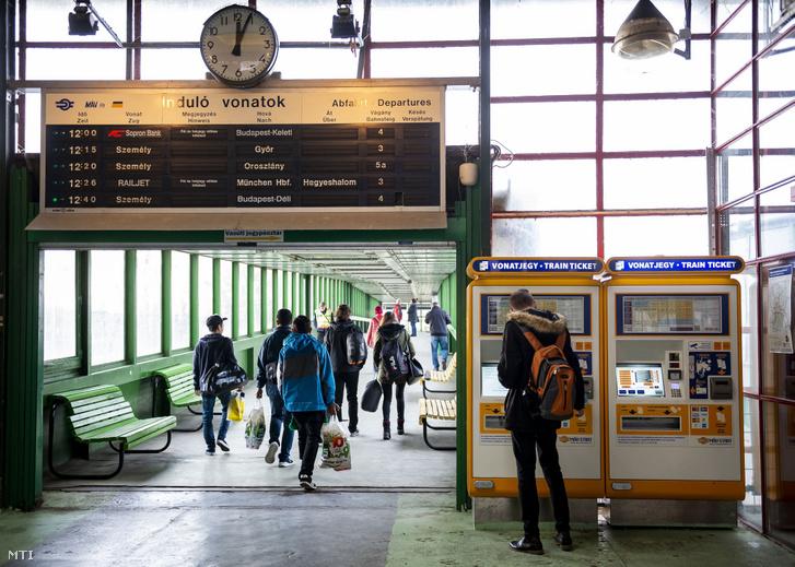 A MÁV-START jegyértékesítő automatájánál váltja meg menetjegyét egy utas a tatabányai vasútállomáson