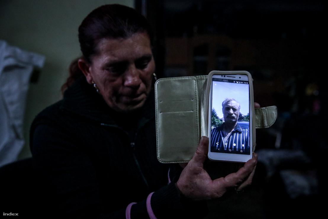 Kótai Győzőné mutatja elhunyt férje fotóját
