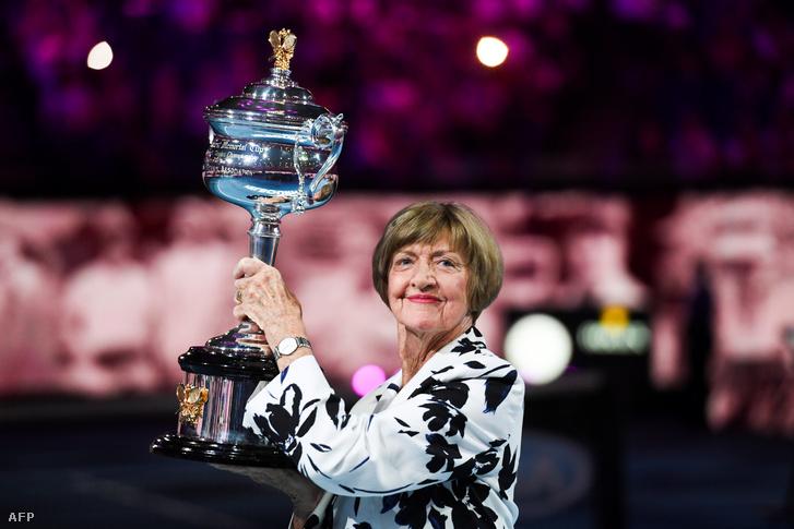 Margaret Court az AusOpen trófeájának másolatával 2020. január 27-én