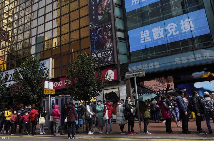 Védőmaszkért állnak sorba emberek egy hongkongi üzlet előtt 2020. január 27-én