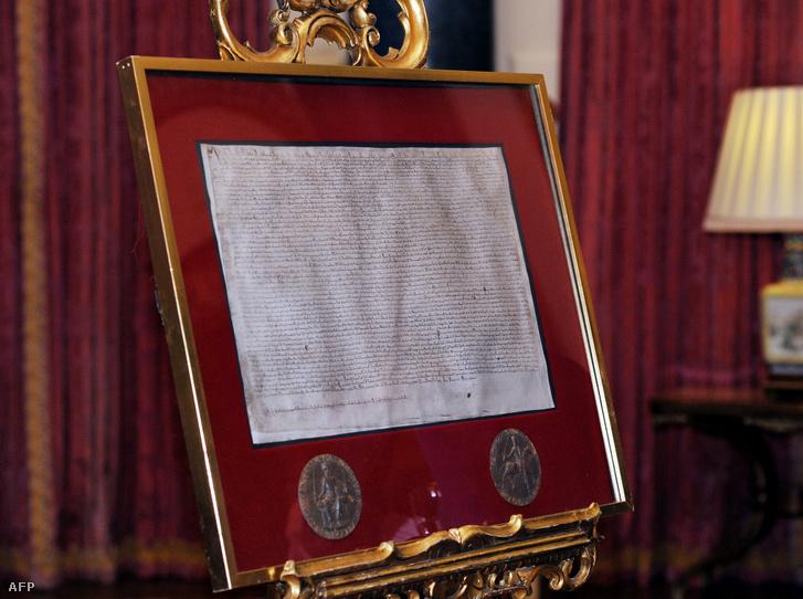 Magna Carta másolata a londoni királyi rezidencián, a Buckingham-palotában 2015. február 24-én