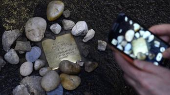 Botlatókövet avattak Szerb Antal háza előtt, az író halálának 75. évfordulóján