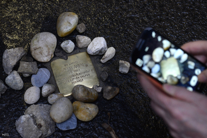 Szerb Antal újonnan felavatott botlatóköve az író egykori lakhelye, a II. kerületi Hűvösvölgyi út 81. szám alatti épület előtt halálának 75. évfordulóján, 2020. január 27-én