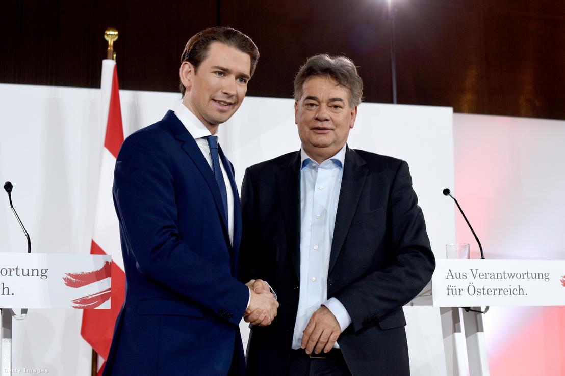 Sebastian Kurz (balra) és Werner Kogler a Zöldek vezetője kézfogása az új osztrák kormány programjának ismertetésén 2020. január 2-án Bécsben