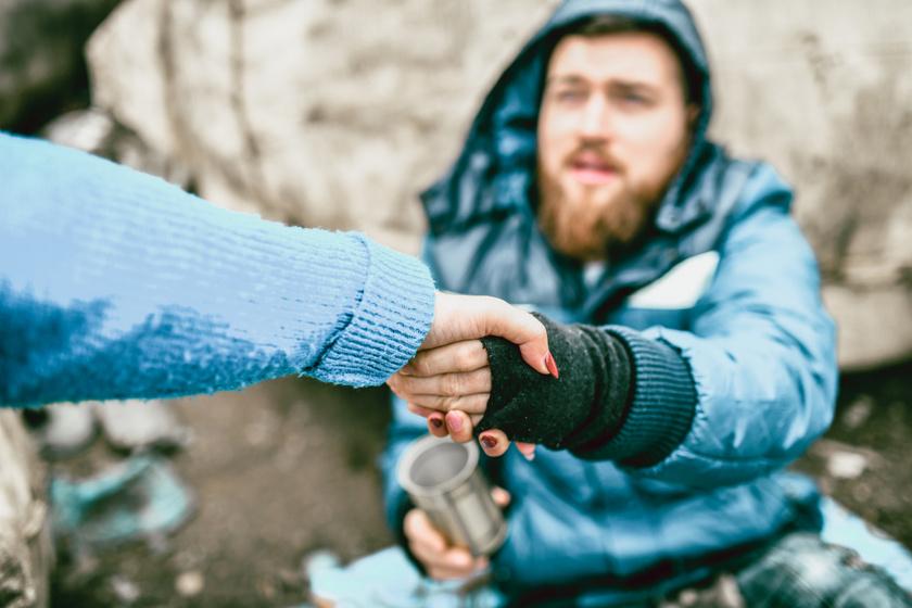 5 dolog, ami igazán segít a fedél nélküli embereken - A hideg időszakban életmentő szereppel bírnak