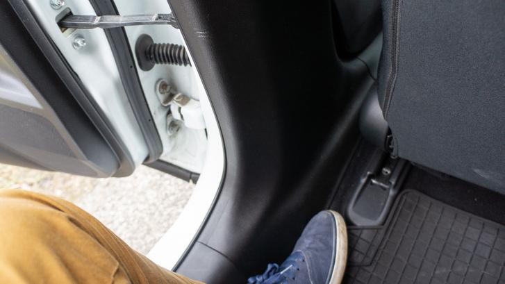 Ebből a pozícióból kell kiemelni a lábat a hátsó üléssorban – elég kényelmetlen