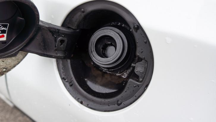 Tanksapka nélküli üzemanyagbetöltő-nyíláson ki tud lögybölődni a gázolaj egy-egy komolyabb telitankolás után