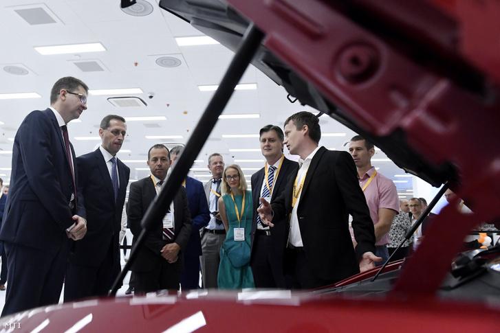 Varga Mihály, Sami Krimi a Continental AG Központi Elektronikai Gyárainak vezetője és Keszte Róbert a Continental Automotive Kft. budapesti ügyvezető igazgatója a Continental csoport budapesti gyárának 30. évfordulós ünnepségén tartott kiállításon 2019. augusztus 30-án.