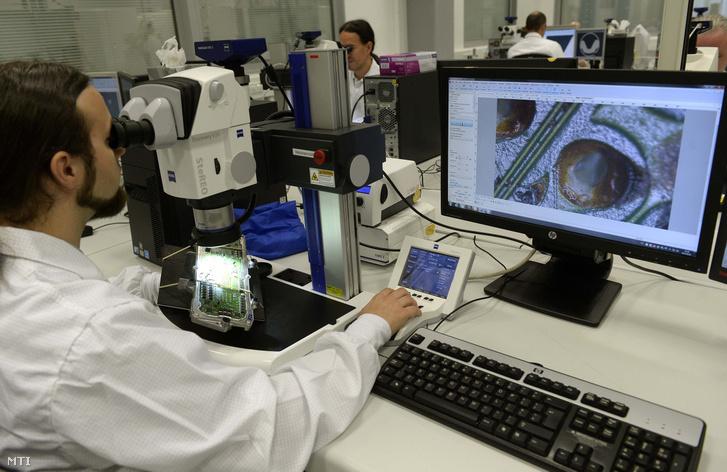 Mérnökök dolgoznak a Bosch Budapesti Fejlesztési Központ laboratóriumában Budapesten a X. kerületi Gyömrői úton