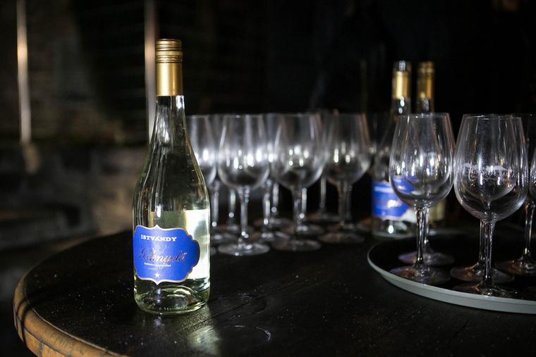 Persze a bor most sem maradt ki: a hely egy különlegességét kóstolhattuk.
