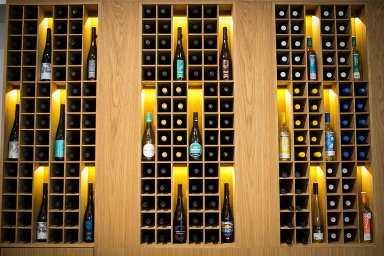 Finom borok ízléses bútorzaton várják kostolóikat.