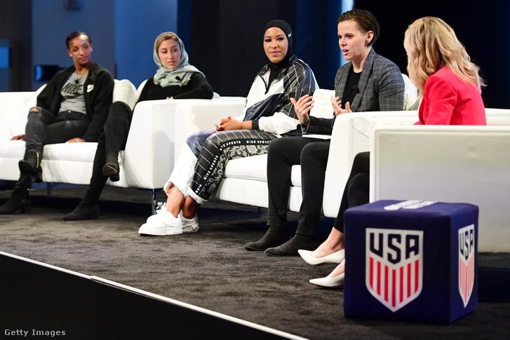 """Katie Sowers a Nike New York-i központjában szervezett """"SheBelives"""" mozgalom találkozóján 2019-ben. (A mozgalom a 2015-ös női világkupa idején alakult, célja ösztönözni a nőket álmaik megvalósításában, akár a sportban, akár a sporton kívüli életben.)"""