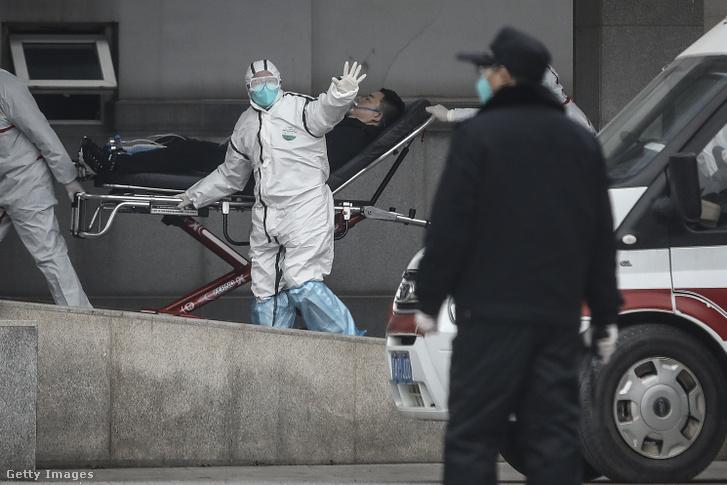 Egészségügyisek szállítják a Csin Jintan kórházba egy koronavírussal fertőzött beteget, aki a második halálos áldozata lett a vírusnak 2020. januiár 17-én Vuhanban