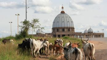A világ legnagyobb temploma egy afrikai kisvárosban áll, tök üresen