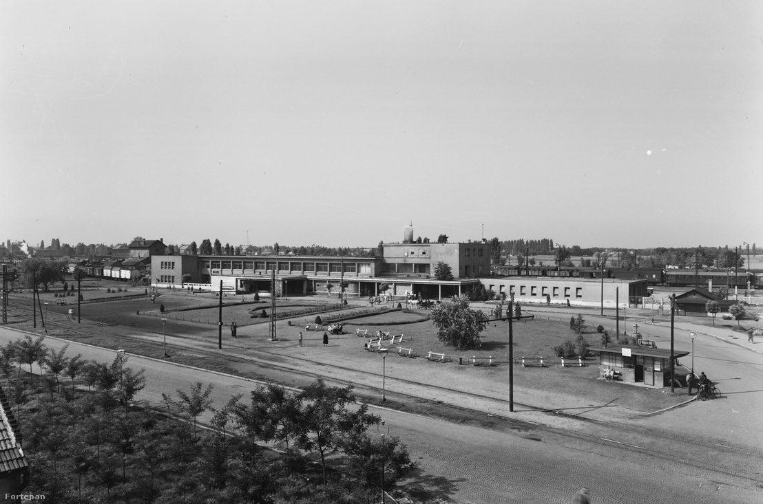 Az egyik utolsóként megépült modern épület a szocreál uralma előtt. Az 1951-ben átadott modern nyíregyházi állomás valódi közlekedési csomópont volt buszpályaudvarral, villamossal. Sőt, a képen egy utasra várakozó fiáker is látszik még, pedig a kép 1960-ban készült