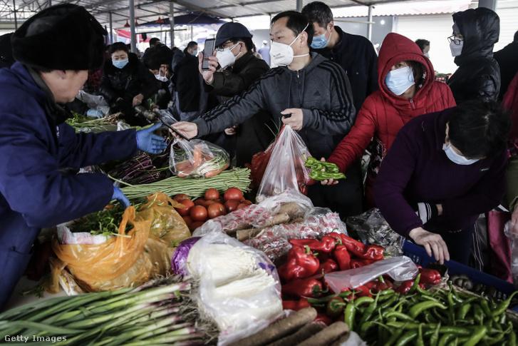 Vásárlók egy vuhani piacon 2020 január 22-én