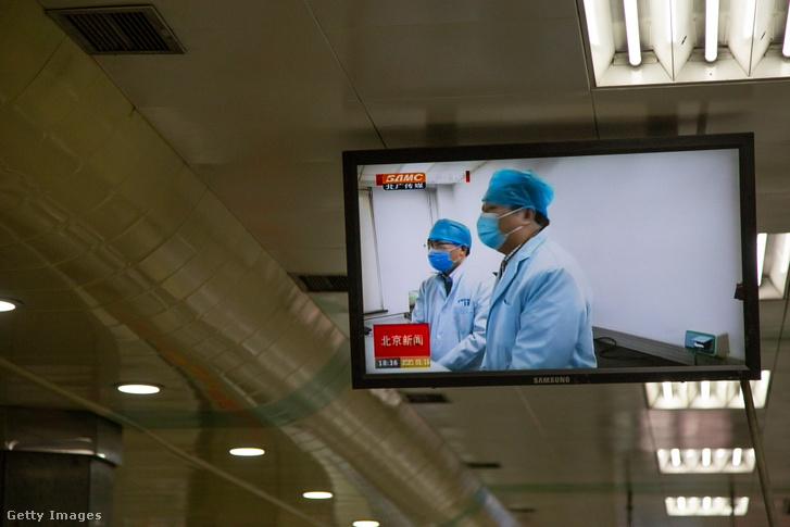 Információs videó megy a pekingi metró egyik állomásán.