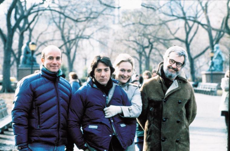 Egy kép a Kramer kontra Kramer forgatásáról, középen Dustin Hoffman és Meryl Streep, a jobb oldalon a film rendezője, Robert Benton.