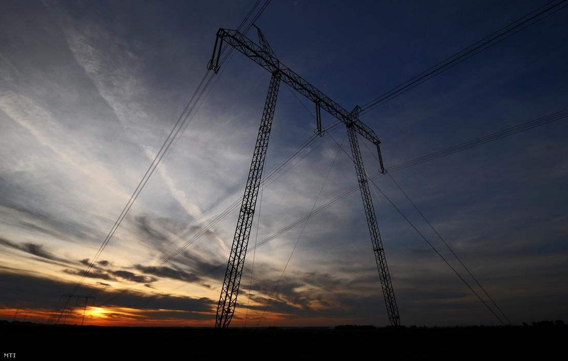 A MAVIR által üzemeltetett 750 kV-os nagyfeszültségű távvezeték Balmazújváros határában.