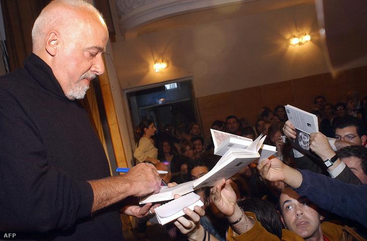 Coelho a rajongóival 2004-ben, Jerevánban, Az alkimista megjelenésekor.